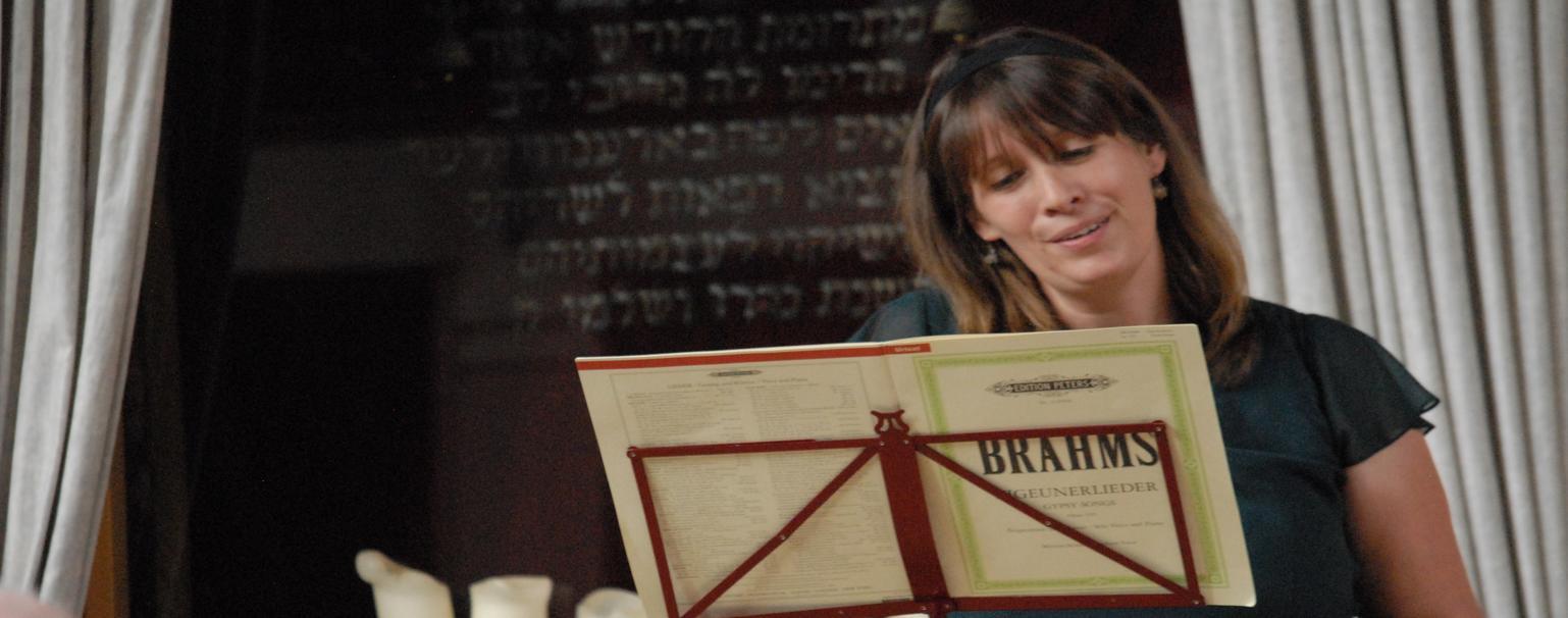 Ellen Röcke chante Brahms lors d'un concert en Alllemagne